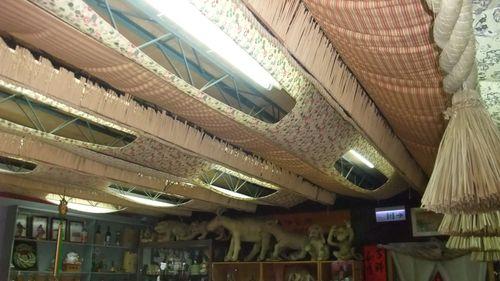 黃金小鎮中的喜妹娜哇稻草藝品館,館內內部多樣的繩條與藝品。圖片上方是由注連繩裝飾而成的天花板,而圖片下方則有一些注連繩編織工藝品,像是編織而成的貓、狗等等