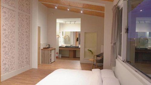 黃金小鎮內推薦住宿地點喫茶居的房間照,圖中為喫茶居的臥室照片,有床、燈具、擺設品等等