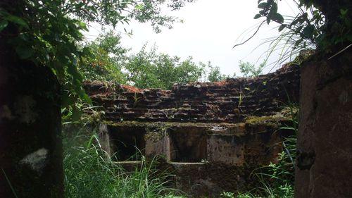 李棟山古堡遺跡,圖中有城堡城牆、槍孔
