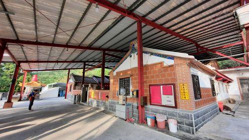 翻新過的雲谷寺,上有紅色鐵皮,中間則是三合院造型的寺廟
