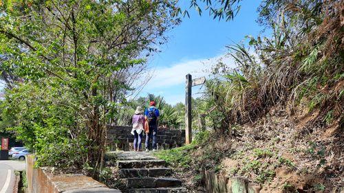 飛鳳山第二停車場登山口,圖片中間為石階向上走,中間有跟方向指標柱子