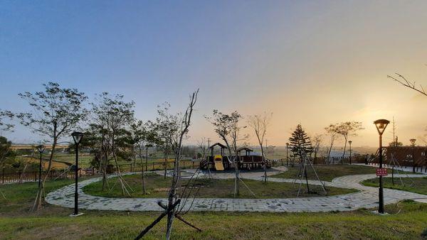 錦山公園類的木製兒童遊樂區從遠處拍攝