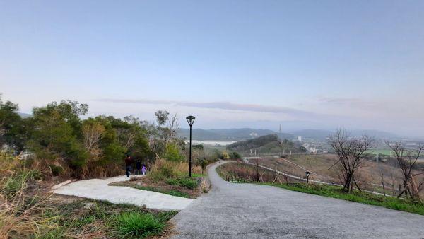 左邊有岔路可通往錦山公園北側的木棧道