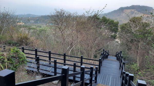 木棧道岔路與鐵砧山崩壁