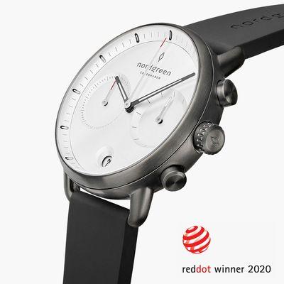 使用橡膠錶帶的Nordgreen Pioneer,白色面盤的手錶,搭配黑色皮革錶帶