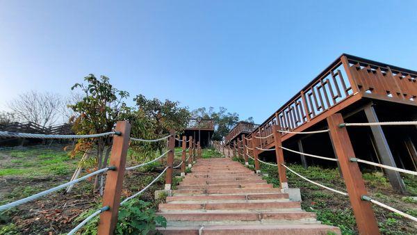 錦山公園木棧道,中間就是木棧道,而右邊有個木製平台,上方為藍天