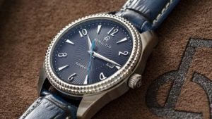 鐳諾塔絲Renautus藍面放射紋手錶,底部為咖啡色皮製布料