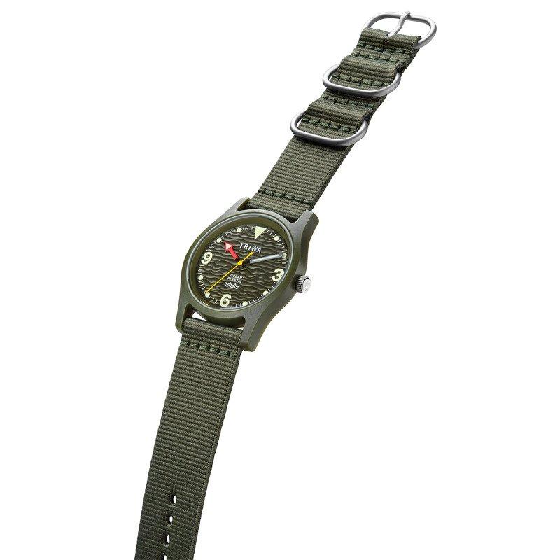 使用尼龍錶帶的Triwa Ocean Plastic Seaweed,圖中有支軍綠色的手錶