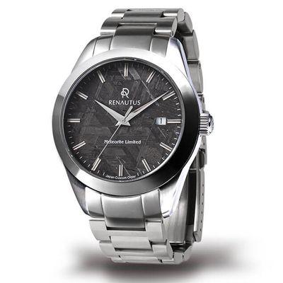 使用金屬錶帶的Renautus限量隕石面盤錶,有著灰色的面盤與銀色的錶殼錶帶