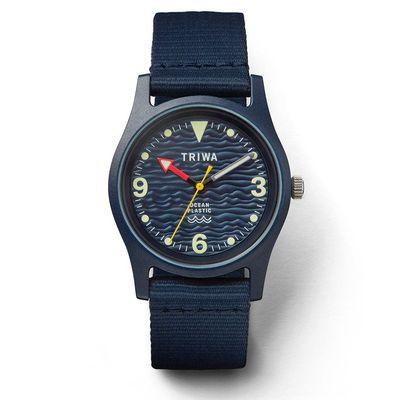 手錶推薦: Triwa Ocean Plastic,一支藍色錶盤、藍色錶殼、藍色錶帶的手錶,有著紅色的時針、黃色秒針與白色分針
