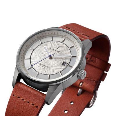 手錶推薦: STIRLING NIBEN,一支黑色面盤、銀色錶殼、棕色皮革錶帶的手錶