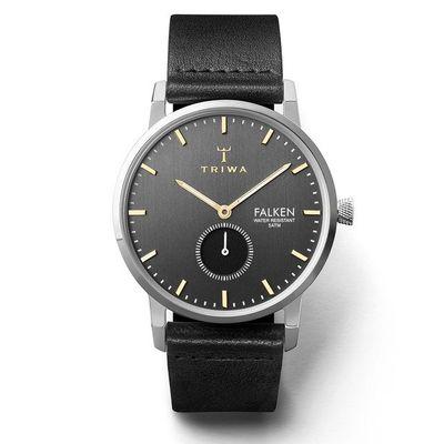 使用皮革錶帶的Triwa Smoky Falken,黑色的手錶面盤搭配黑色的錶帶,金色的指針、銀色的錶殼