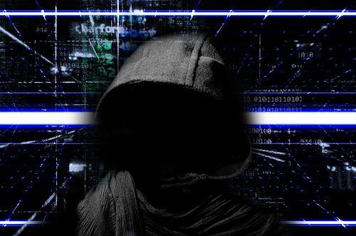 使用VPN的好用途之一: 防止駭客從網路竊取個資,圖中為灰色斗篷的駭客,背景為網路資訊光點