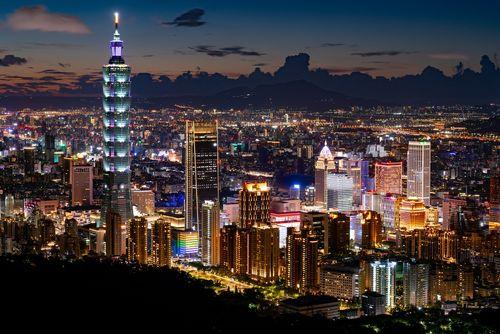 台灣、香港伺服器示意圖,圖片左側有台北101,背景則是台北市的夜景,用以示意我準備要提到為於台灣、香港的VPN伺服器